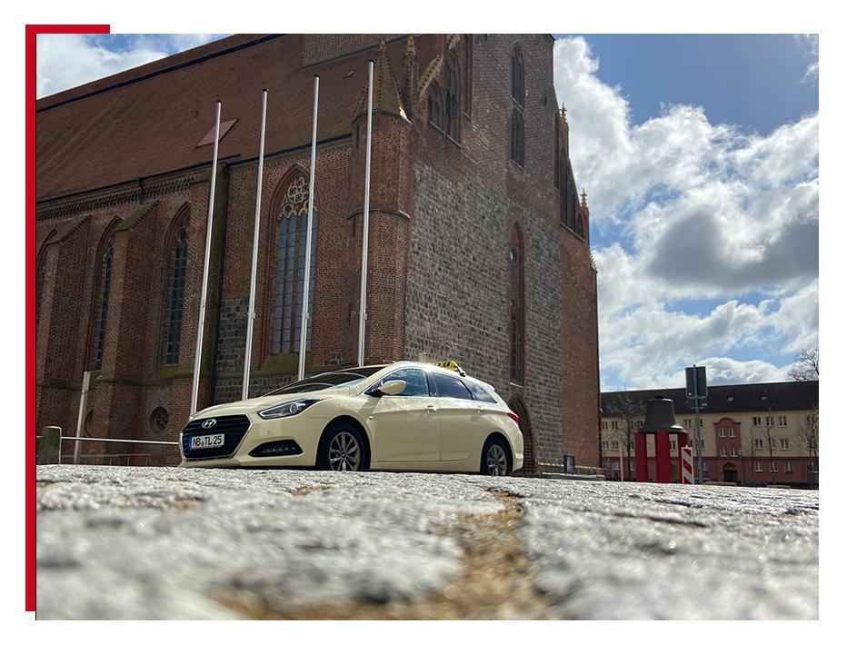 Taxi an der Marienkirche Neubrandenburg